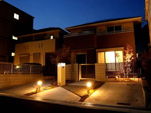 夜景も美しく: sotoDesign  株式会社竹本造園が手掛けた家です。