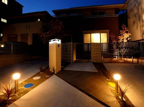 アプローチの誘導: sotoDesign  株式会社竹本造園が手掛けた家です。