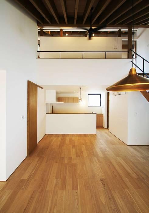 忍者の住む家: 秀田建築設計事務所が手掛けたリビングです。