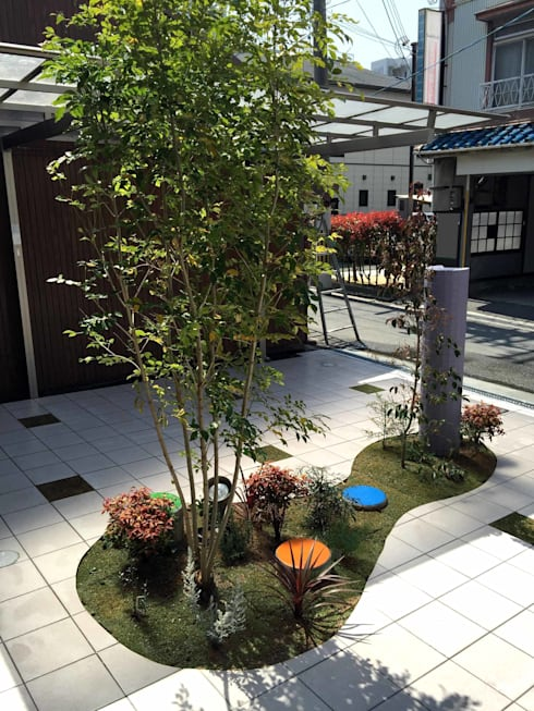 目線をさえぎる 一本の植木: sotoDesign  株式会社竹本造園が手掛けた家です。