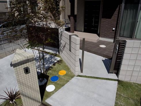 門まわりの機能と動線: sotoDesign  株式会社竹本造園が手掛けた家です。