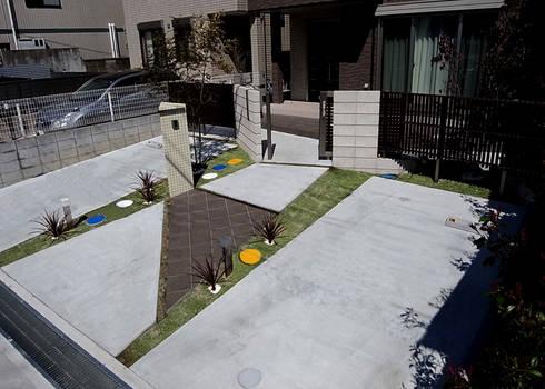 アプローチから門扉を抜けて玄関まで: sotoDesign  株式会社竹本造園が手掛けた家です。
