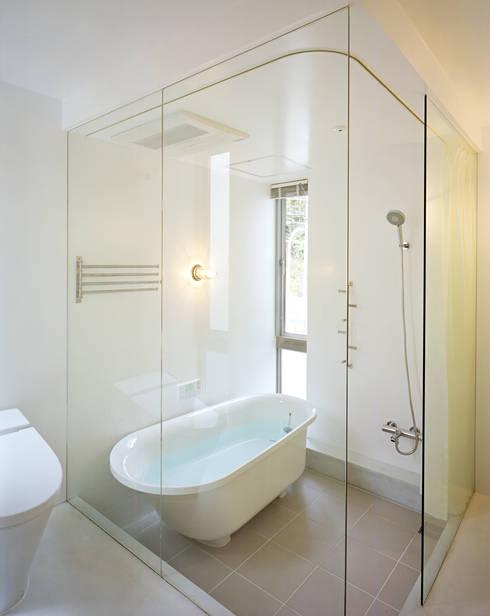 五月丘の家 - House of Satukigaoka: 林泰介建築研究所が手掛けた浴室です。