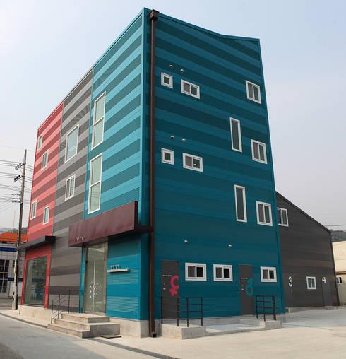 건물 측면: 현앤전 건축사 사무소(HYUN AND JEON ARCHITECTURAL OFFICE )의  서재 & 사무실