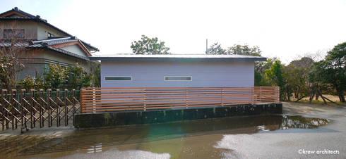 夏の家: krew Architects.incが手掛けたです。