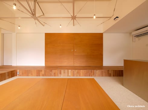 夏の家: krew Architects.incが手掛けたリビングです。