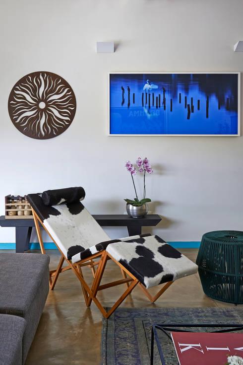 SÍTIO OURO PRETO: Sala de estar  por Beth Marquez Interiores