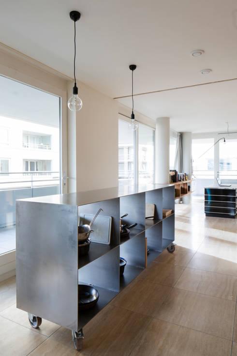 Project Amsterdam Noord - Overhoeksparklaan: moderne Keuken door Standard Studio - Amsterdam