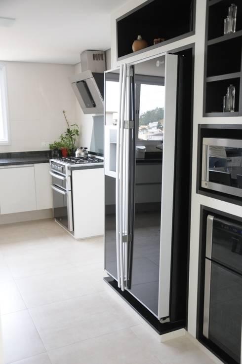 CASA SWISS PARK I: Cozinhas modernas por Renata Amado Arquitetura de Interiores
