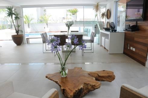 CASA SWISS PARK I: Salas de jantar modernas por Renata Amado Arquitetura de Interiores