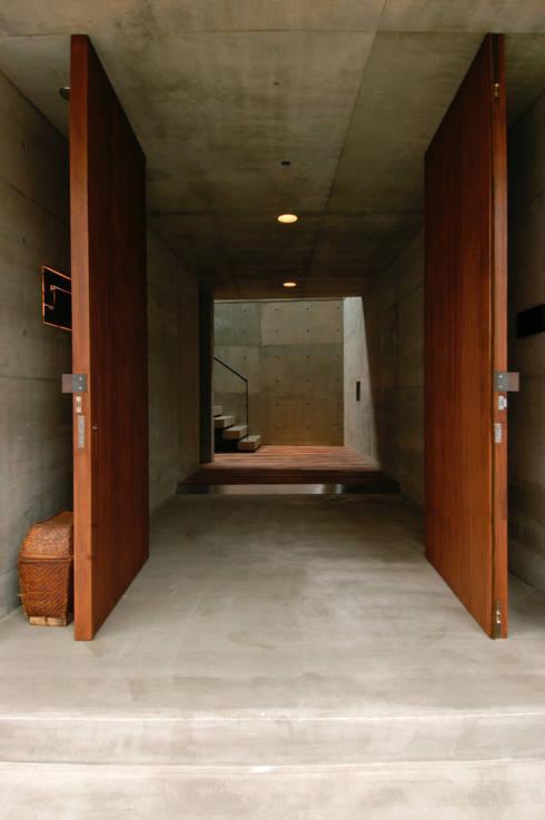 Pasillos y recibidores de estilo  por 井上洋介建築研究所