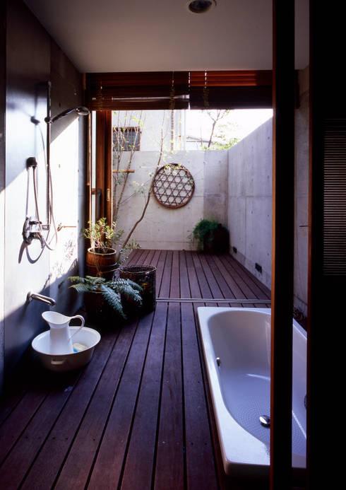 世田谷・桜の住宅: 井上洋介建築研究所が手掛けた浴室です。