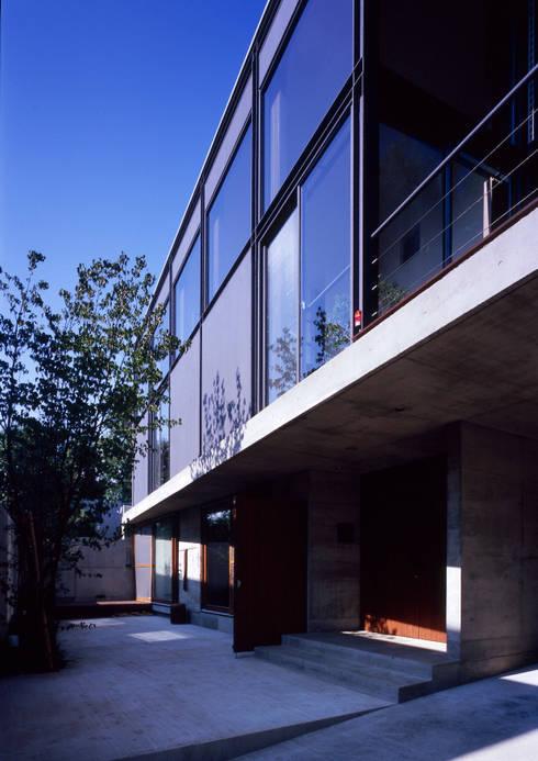 世田谷・桜の住宅: 井上洋介建築研究所が手掛けた家です。
