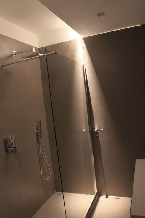 Bagno: Bagno in stile in stile Minimalista di Davide Ceron Architetto