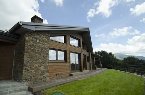 Ventana a doble altura: Casas de estilo rústico de Canexel