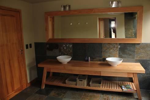 Casa Chapelco Golf – Patagonia Argentina: Baños de estilo moderno por Aguirre Arquitectura Patagonica
