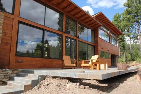 Casa Chapelco Golf – Patagonia Argentina: Terrazas de estilo  por Aguirre Arquitectura Patagonica