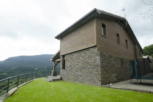Fachada trasera y lateral: Casas de estilo rústico de Canexel