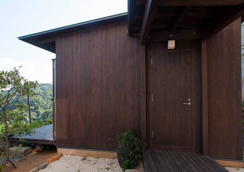 熱海の別荘: 井上洋介建築研究所が手掛けたガレージです。