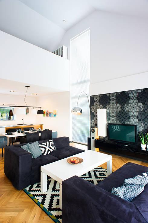 przestronny dom w kolorystyce black&white: styl , w kategorii Salon zaprojektowany przez RedCubeDesign