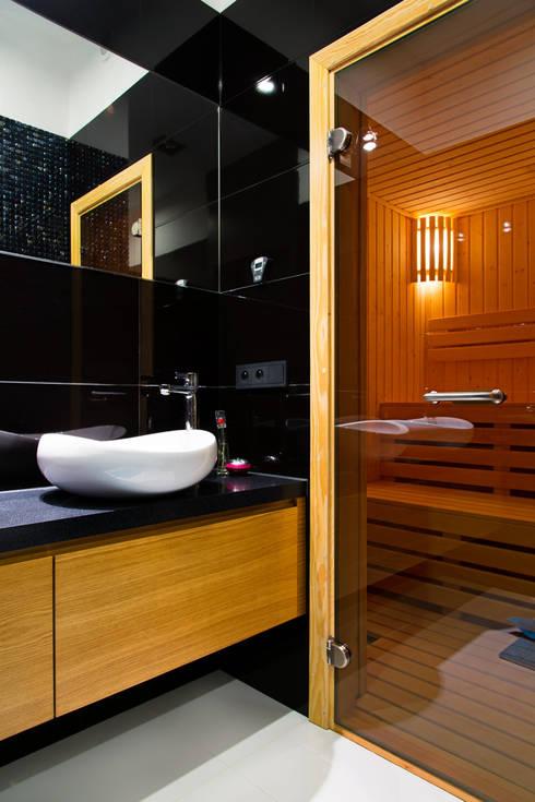 przestronny dom w kolorystyce black&white: styl , w kategorii Łazienka zaprojektowany przez RedCubeDesign