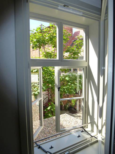 Ausblick zum Hof:  Fenster von cappellerarchitekten