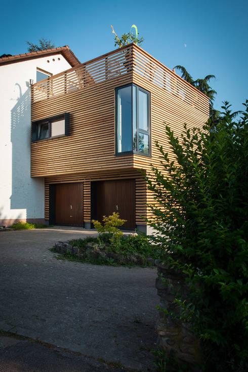 Wohnhauserweiterung: moderne Häuser von xs-architekten