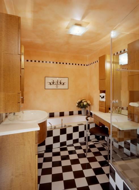 Wohnung im Olympiadorf, München:  Badezimmer von PLANUNG-RAUM-DESIGN Anne Batisweiler