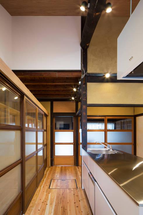 京町家改修: 長崎工作室が手掛けた廊下 & 玄関です。