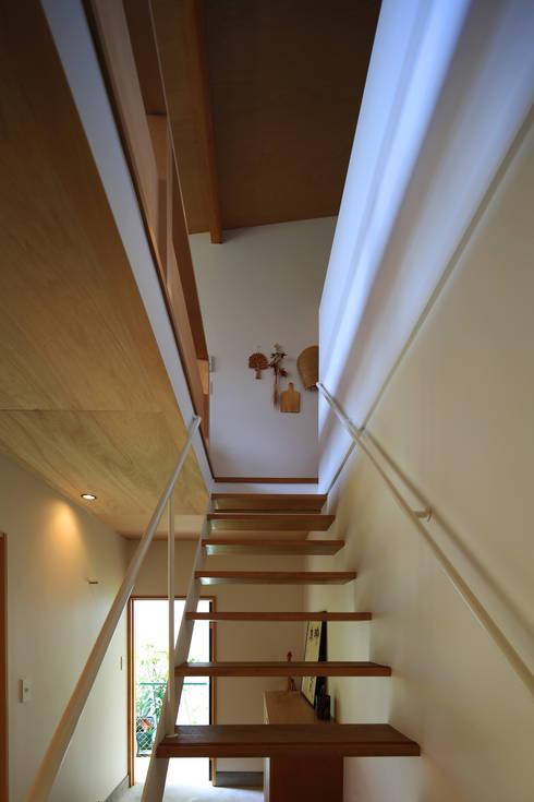 Corredor, vestíbulo e escadas  por 早田雄次郎建築設計事務所/Yujiro Hayata Architect & Associates