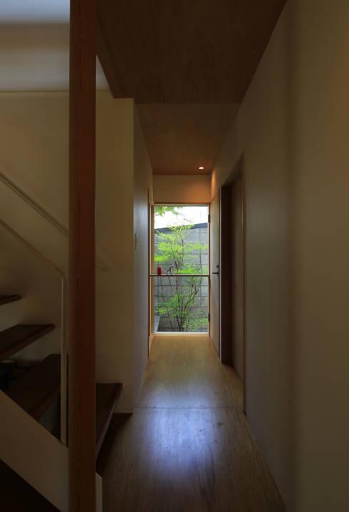 Couloir, entrée, escaliers de style  par 早田雄次郎建築設計事務所/Yujiro Hayata Architect & Associates