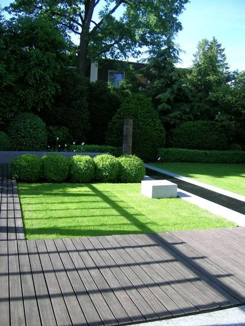 Gartengestaltung mit Wasserlauf nach Feng Shui Kriterien:  Garten von Innenarchitektur + Design, Eva Maria von Levetzow