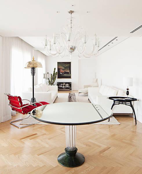 vista geral sala de estar: Salas de estar ecléticas por korman arquitetos