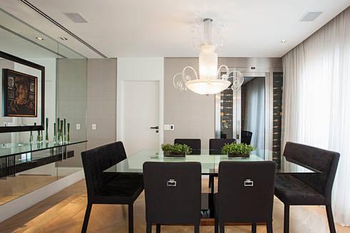 sala de jantar: Salas de jantar ecléticas por korman arquitetos