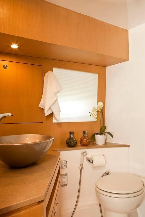 Barco 65 pés: Banheiros modernos por unacasa arquitetura