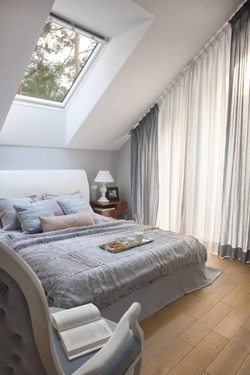Dom pod Warszawą: styl , w kategorii Sypialnia zaprojektowany przez MAKAO home