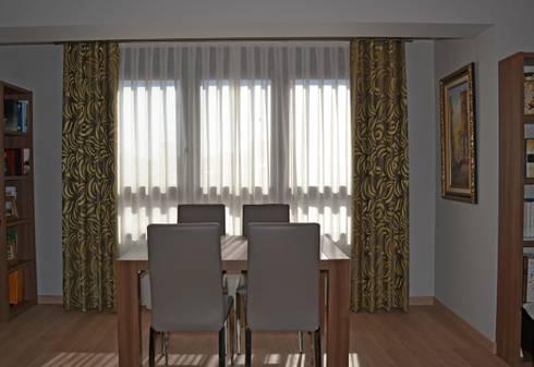 Salon comedor con dobles cortinas en plata y ocre de - Cortinas para salon comedor ...
