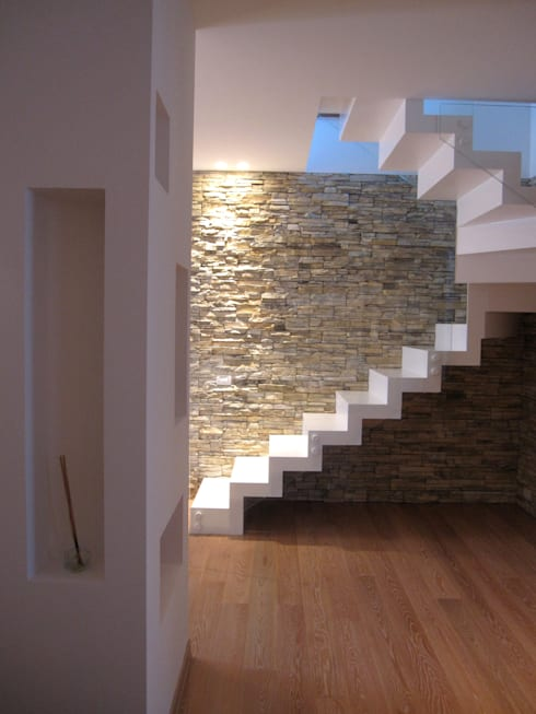 Pasillos y recibidores de estilo  por studio radicediuno