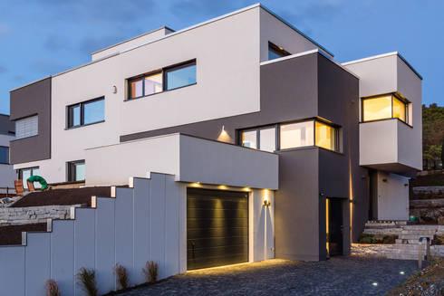 Moderne einfahrten einfamilienhaus  Elektroplanung, Baubetreuung, KNX-Programmierung eines ...