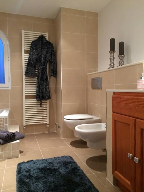 Wunderschönes Meerblick Chalet im maritimen Stil:  Badezimmer von INSIDE Architecture