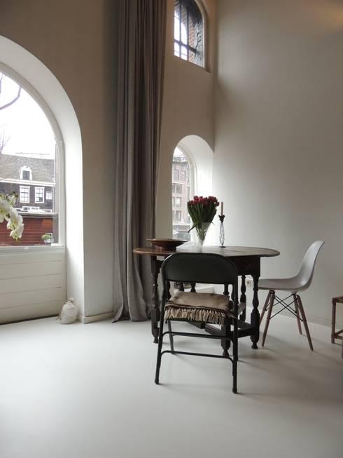 Witte gietvloer:  Woonkamer door Design Gietvloer