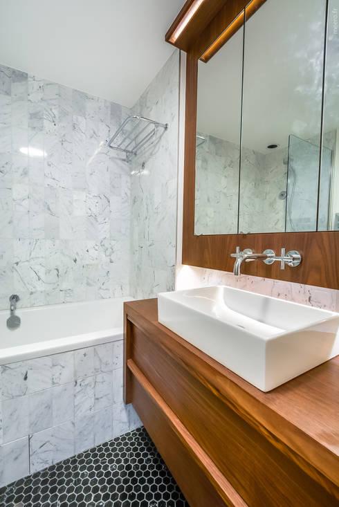 PARIS 8: Salle de bains de style  par blackStones