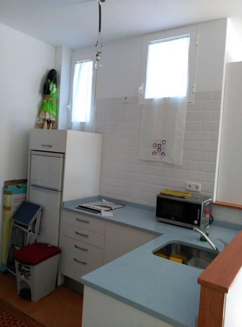 Después de la reforma. Vista de la cocina:  de estilo  de Arquigestiona Reformas S.L.