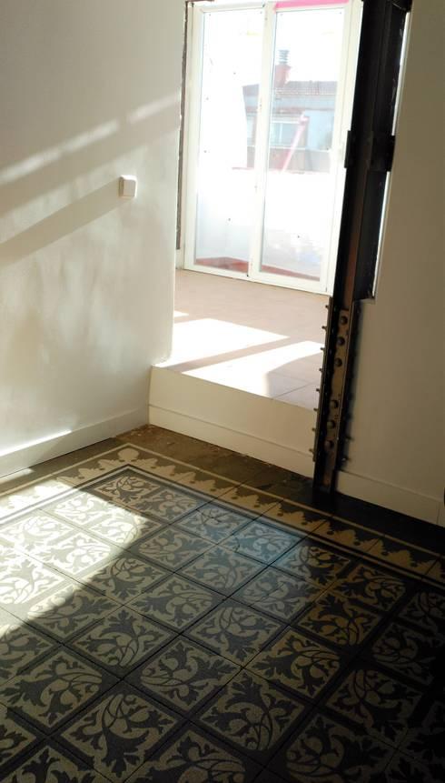 Después de la reforma. Vista de los suelos del salón y de la entrada a la terraza.:  de estilo  de Arquigestiona Reformas S.L.