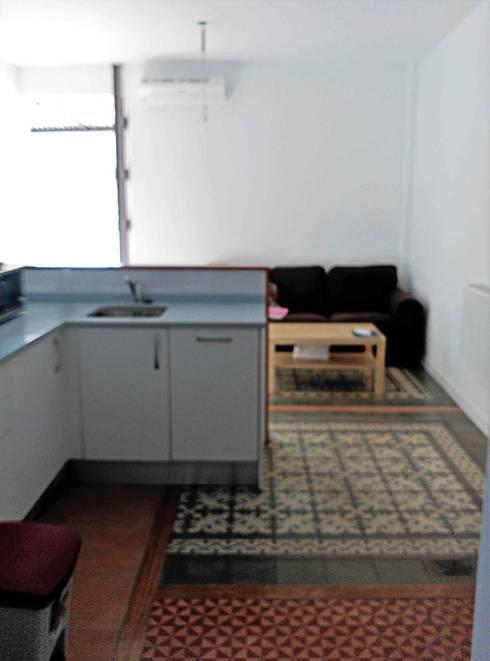 Después de la reforma. Vista de los suelos hidráulicos en el salón-cocina-entrada.:  de estilo  de Arquigestiona Reformas S.L.