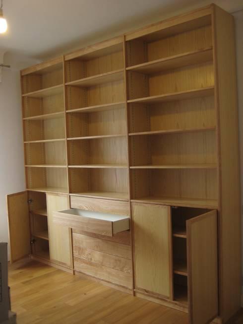 Bibliothèque moderne en frêne: Bureau de style de style Moderne par Atelier Etienne bois