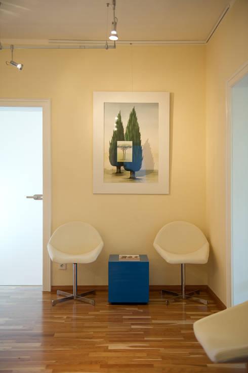 Nachher - Wartebereich im Foyer:   von INTERIORDESIGN - Jedes Geschäft braucht ein Gesicht. Jede Wohnung eine Seele