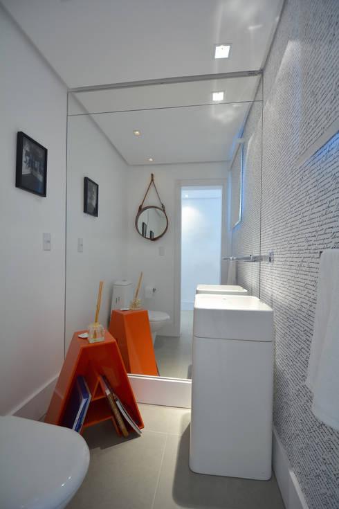 Residências Praianas: Banheiros  por Michele Moncks Arquitetura