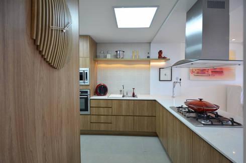 Residências Praianas: Cozinhas tropicais por Michele Moncks Arquitetura