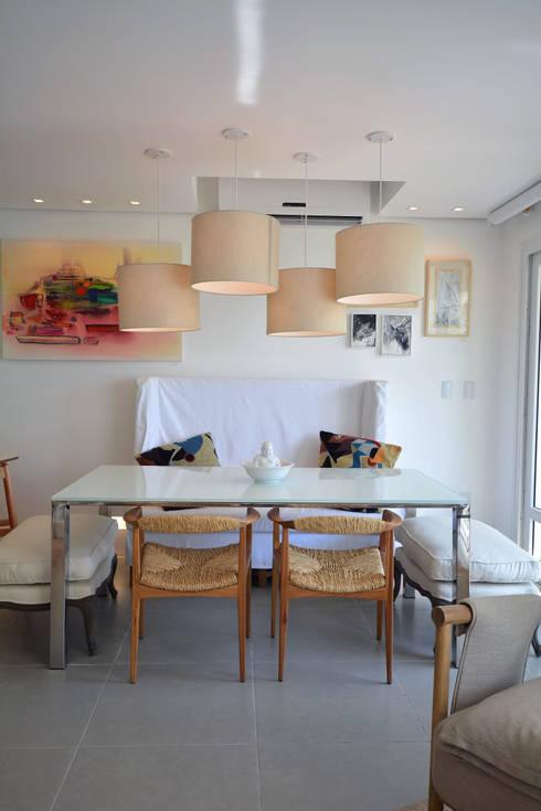 Residências Praianas: Salas de jantar  por Michele Moncks Arquitetura